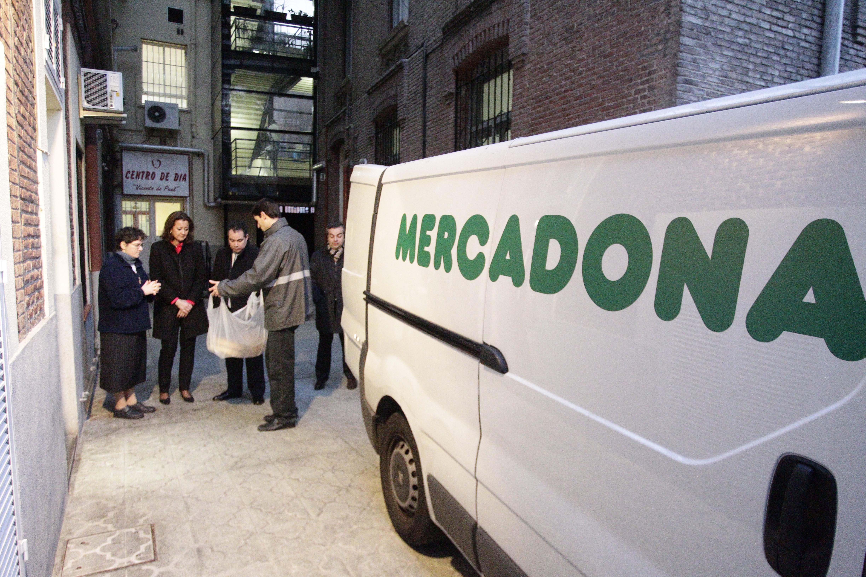 Lola Navarro y empleado de Mercadona entrega en centro de día Vicente de paul