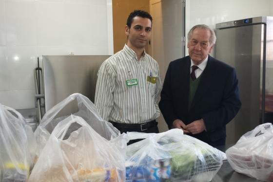 A la derecha, José Antonio Sánchez, miembro de Cáritas Interparroquial de Jaén, junto a uno de los repartidores de Mercadona durante una de las donaciones de alimentos diarias al comedor.
