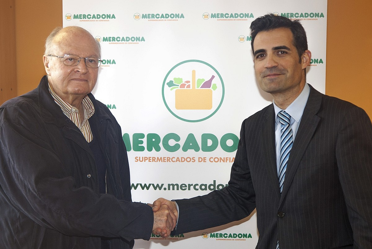 Juan Vicente Peral, Director de la Fundación Banco de Alimentos de Alicante, y Luis Consuegra, Director de Relaciones Externas de Mercadona en Alicante, durante la donación de alimentos.