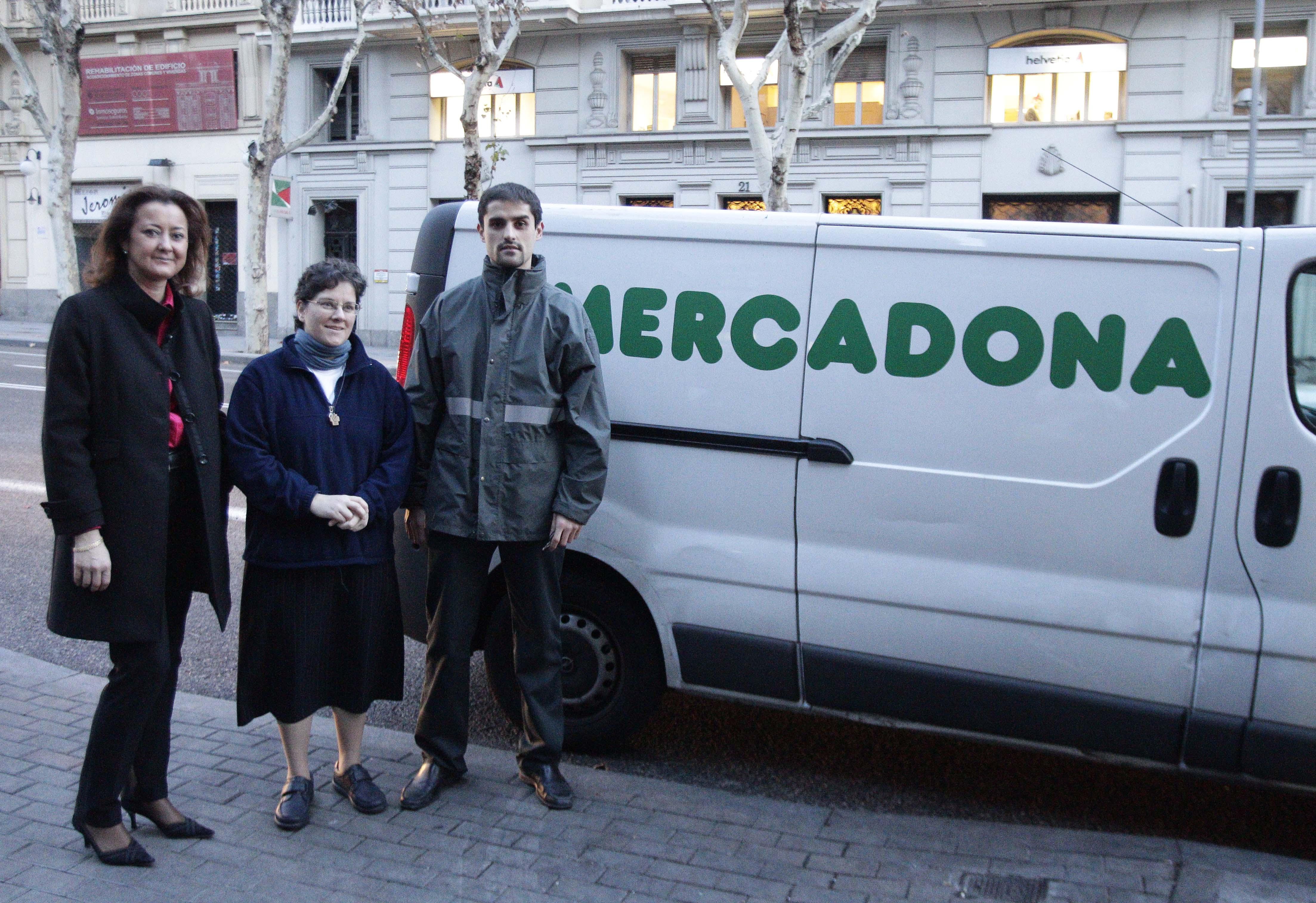 Lola Navarro,Sor María del Carmen Briones y empleado de Mercadona