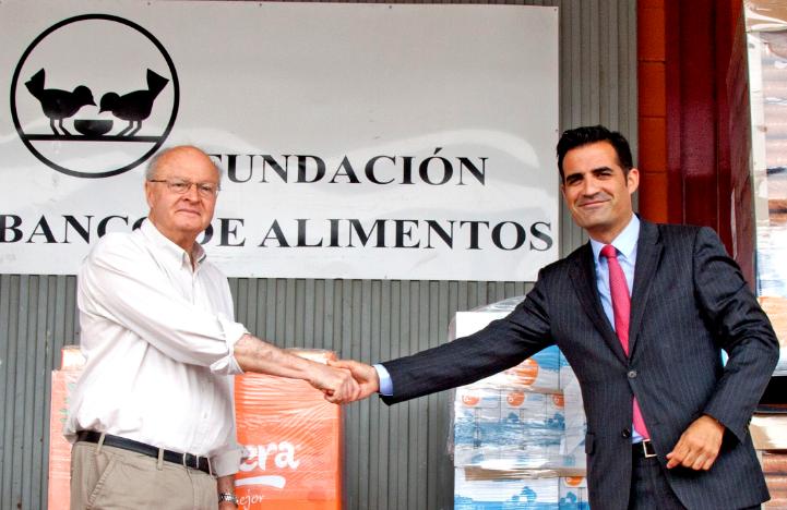 Juan Vicente Peral, Director Fundación Banco de Alimentos de Alicante, junto a Luis Consuegra, Director de Relaciones Externas de Mercadona en Alicante, durante el acto de entrega de alimentos.