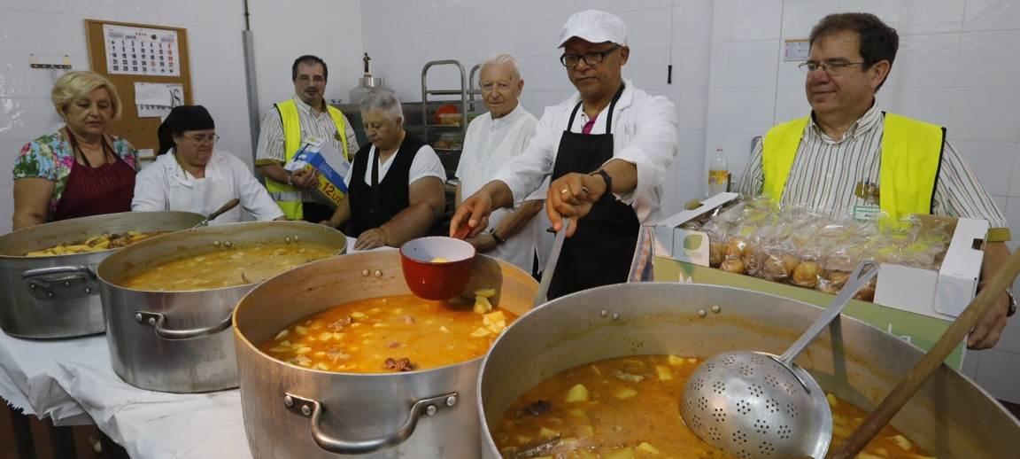 """Trabajadores de Mercadona entregando leche y magdalenas a los voluntarios del comedor social """"Buñoleras Sin Fronteras"""" de Gandía."""