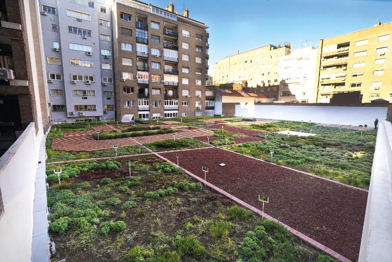 Jardín de la cubierta del supermercado de Paseo General Martínez Campos en Madrid, ubicado en un patio de manzana