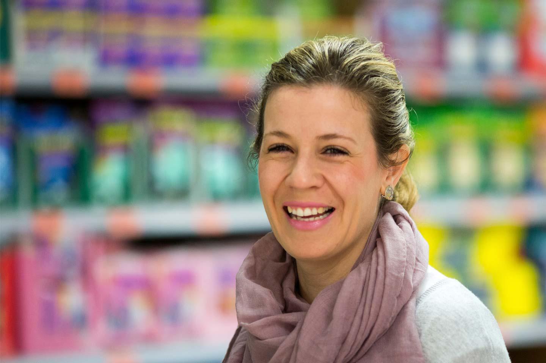 """Mujer sonriente comprando en Mercadona, """"El Jefe"""""""