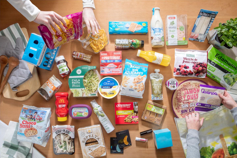 Mesa con productos de las marcas de Mercadona: Hacendado, Bosque Verde, Deliplus, Compy