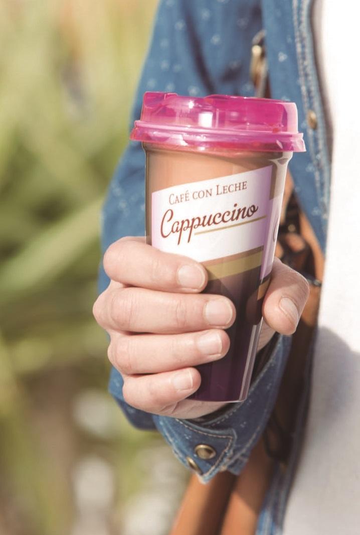 Clienta con un café cappuccino para llevar de Mercadona.